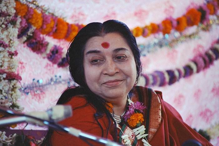 Shri Mataji mit Blumen
